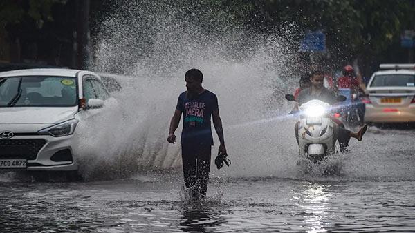 சென்னையில் கன மழை.. விடிய விடிய பெய்தது.. சாலைகளில் ஒரே வெள்ளம்