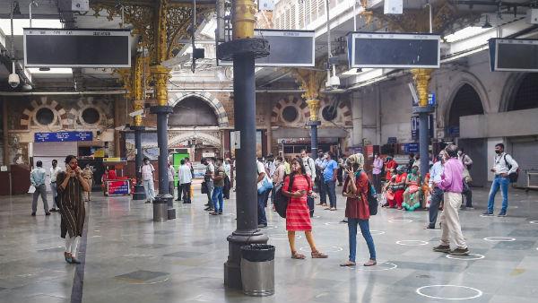 இதுவரை இல்லாத அளவு மோசமான மின் தடை.. இரண்டரை மணி நேரம் ஸ்தம்பித்த மும்பை.. இயங்க முடியாத ரயில்கள் Mumbai1-1602498389