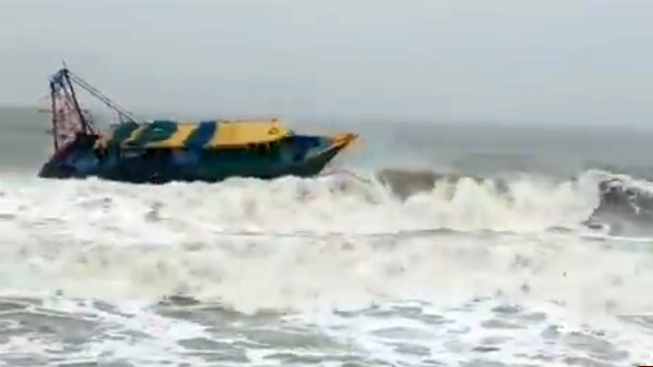 A Video goes viral that a boat is swinging in a beach