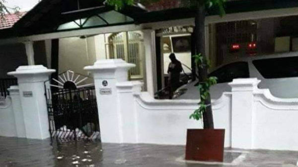 Heavy rain in Chennai Flood water entering the house of the late CM Karunanidhi