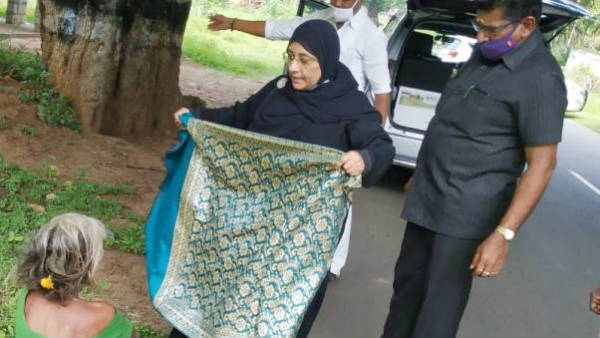 Minister Nilofer Kabil gave shawl to old lady