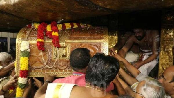 சபரிமலை: 453 சவரன் தங்க அங்கியில் ஜொலித்த ஐயப்பன் - கண் குளிர தரிசித்த பக்தர்கள்