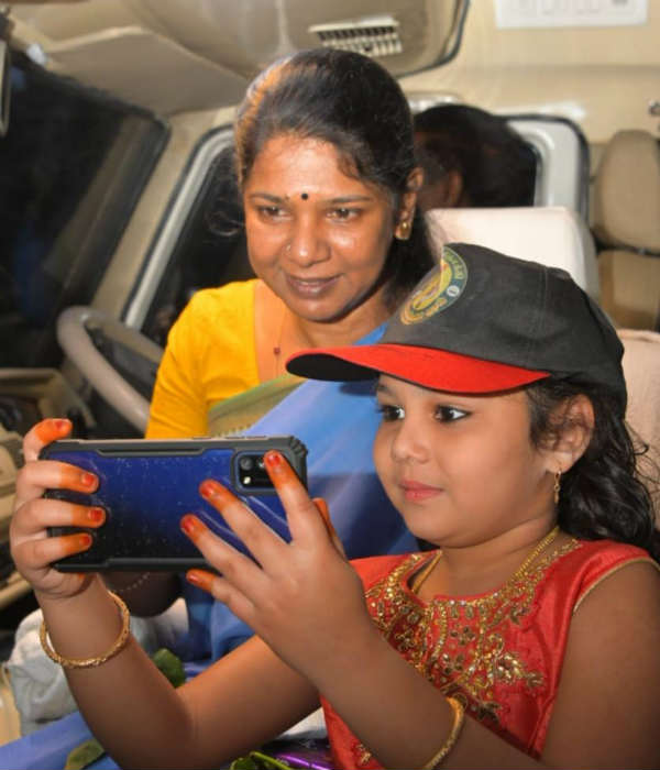 Kanimozhi MP selfie with a girl in Thenkasi Campaign