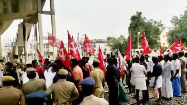 Opposition to agricultural laws: Farmers protest Tanjore railway station