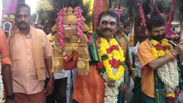 BJP leader L.Murugan takes Kavadi in Palani Murugan temple