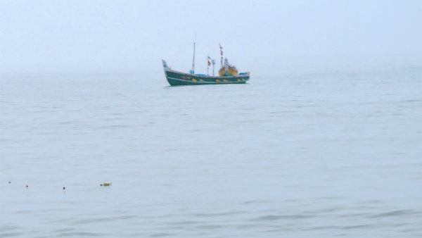 மீன்பிடி படகோடு தண்ணீரில் மூழ்கி ஜல சமாதியான 4 தமிழக மீனவர்கள் சடலமாக மீட்பு