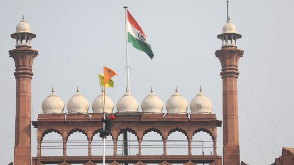 India's Tricolour Wasn't 'Supplanted' by Sikh Flag at Red Fort reports