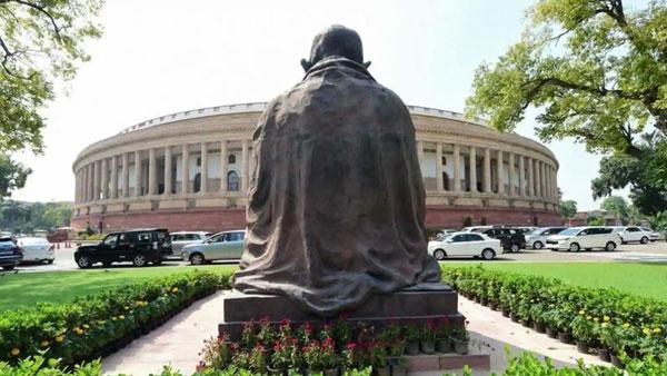 நாடாளுமன்ற வளாகத்திலிருந்து... திடீரென்று அகற்றப்பட்ட காந்தி சிலை... காரணம் என்ன