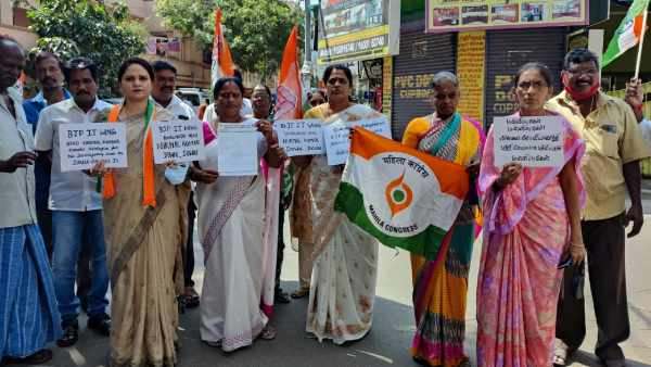 Condemning BJP IT wing executive, Mahila Congress protest