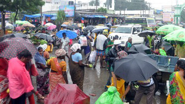 Frequent light rain in Trichy, Troubled motorists