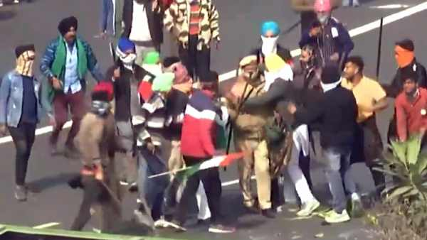 Delhi Police personnel rescued by protesters when attempted to assault him