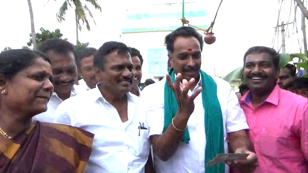 Minister MR Vijayabaskar drove the chariot in karur
