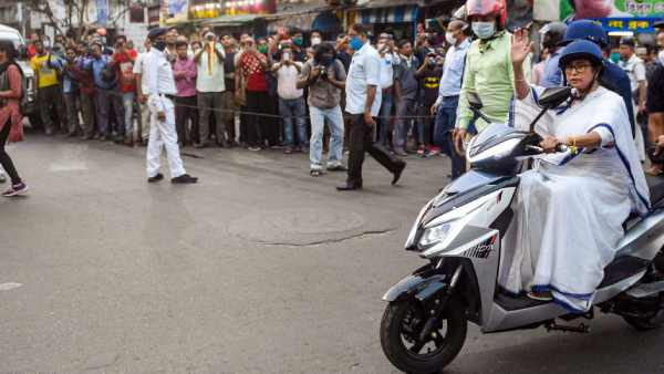 cm mamata banerjee nearly falls while driving electric scooter
