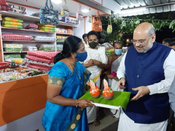 BJP Vanathi Srinivasan presented the Special Gift to Amit Shah