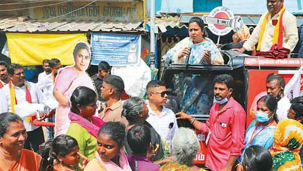 டார்ச் லைட் சின்னத்திற்கு ஓட்டு கேட்ட ராதிகா...'சித்தி' என்று கூப்பிட்டு சந்தோஷப்படுத்திய சிறுவர்கள்
