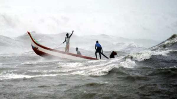 கேரளாவில் 'டவ் தே' புயலில் சிக்கி.. நடுக்கடலில் படகு கவிழ்ந்தது.. நாகை மீனவர்கள் 10 பேர் மாயம்!