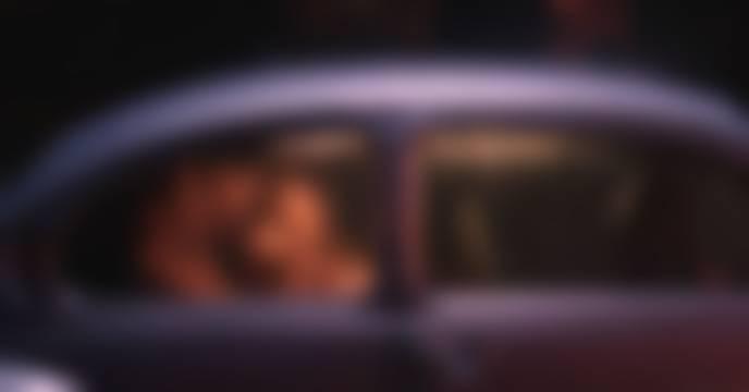 மெயின் ரோட்டில்.. காருக்குள் இளம்பெண்ணுடன் கசமுசா.. வசமாக சிக்கிய பல் டாக்டர்..  தப்பியோடிய இளம்பெண்