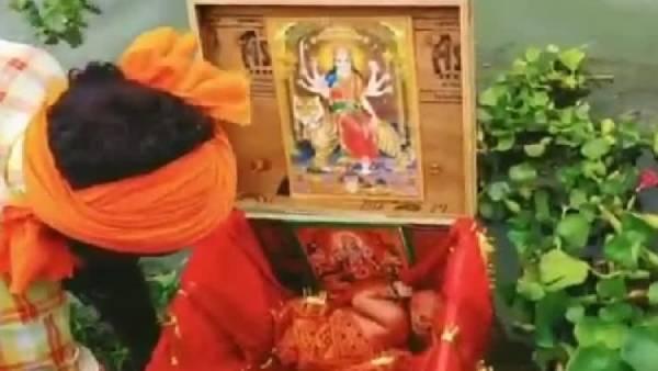 கர்ணன் போல மரப்பெட்டி.. சிவப்பு பட்டு போர்த்தி கங்கையில் மிதந்து வந்த பெண் குழந்தை