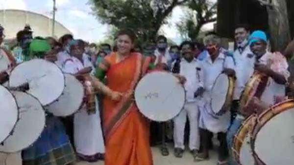 தப்பாட்டம் ஆடிய ரோஜா.. உற்சாகமூட்டிய கலைஞர்கள்.. சொந்த தொகுதியில் செம்ம!