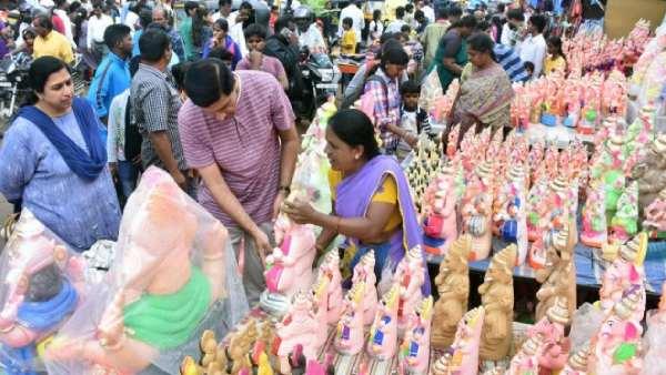 விநாயகர் சதுர்த்தி: கொரோனா எச்சரிக்கையை மீறி சந்தைகளில் குவிந்த மக்கள் - பூக்கள் விலை அதிகரிப்பு