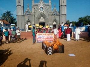 காவிரி, ஸ்டெர்லைட் விவகாரம்: இடிந்தகரையில் சவப்பெட்டிகளை எரித்து பொதுமக்கள் போராட்டம்