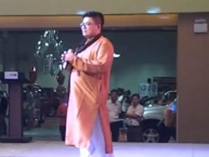 Chinese Singer Sings Tamil