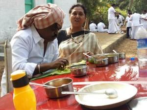 Dmdk Chief Vijayakanth Took Food At Road Side