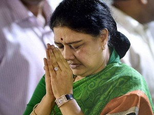 Tn Ministers Are Going Meet Sasikala Discuss About Ec Notice