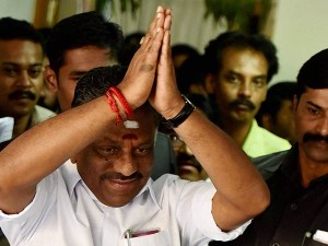 O Panneerselvam Welcomes His Supporters Theni