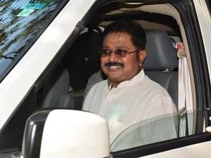 Ttv Dinakaran Leaves Bangalore Meet Sasikala