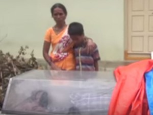 In Hydrabad Mother Was Standing The Street With His Son Body