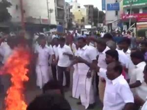 Cm Edappadi Palanisamy S Effigy Fired At Karur