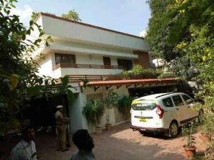 Sasikala Supporters Raised Slogans Against Modi Where It Raid Going Inside Dinakaran Residence
