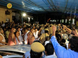 Tn Govt Try End Protests Against Kanchi Mutt Seers