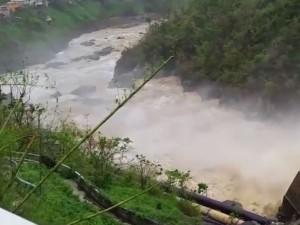 Dam Bursts Kenya Kills 41 People 2000 People Missing