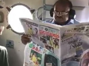 Karnataka Floods Cm Kumaraswamy Reading News Paper While Conducts Aerial Survey