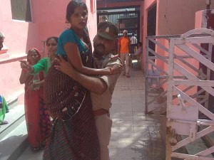 Cop Lifts Pregnant Woman Hospital His Arms
