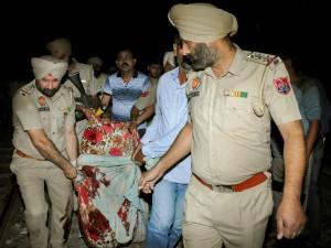 பஞ்சாப் தசராவில் சோகம்.. பட்டாசுக்கு பயந்து ஓடிய மக்கள் மீது ரயில் மோதி 50க்கு மேற்பட்டோர் பலி