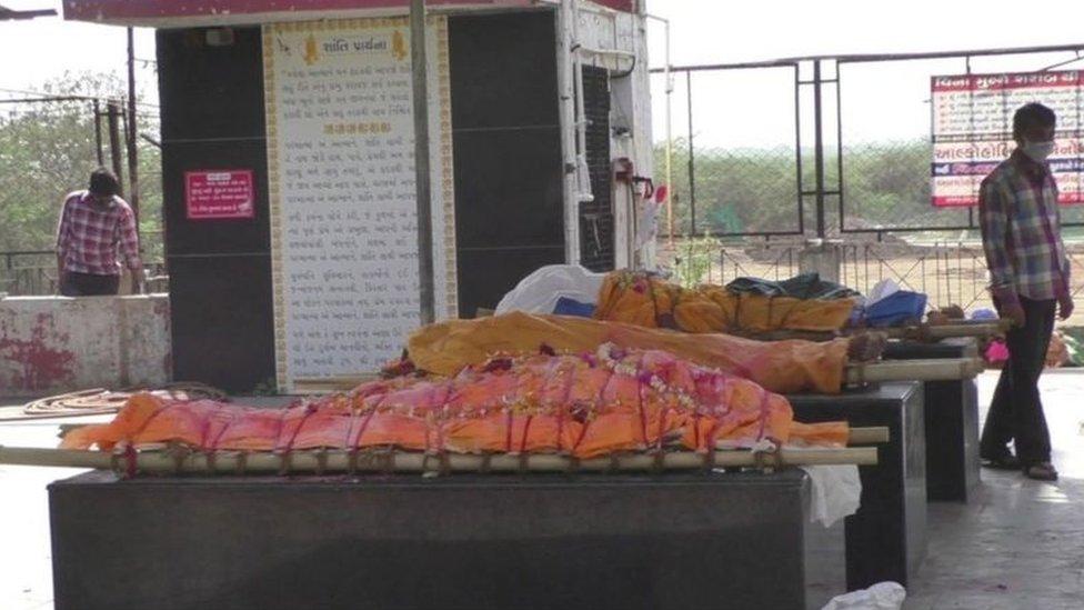 இந்தியாவில் அதிகரிக்கும் கொரோனா மரணங்கள்: பிணவறைகளில் காத்திருப்பு, மயானங்களில் நீண்ட வரிசை